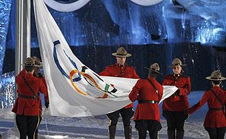 La Polic�a Montada del Canad� arriando la bander ol�mpica