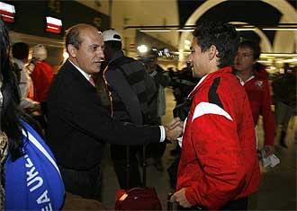 Del Nido saluda a Jes�s Navas antes de que la plantilla cogiera un avi�n para disputar un partido de la Liga de Campeones.