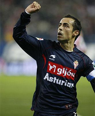 Diego Castro celebra un tanto con el Sporting