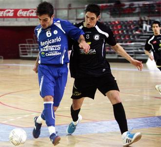Pizarro, jugador pinte�o lesionado para el resto de la temporada, lucha por un bal�n