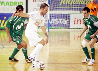 Dani Salgado protege el bal�n ante la atenta mirada de B�caro y Borja