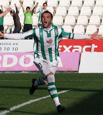 Pepe D�az celebra un gol con el C�rdoba.