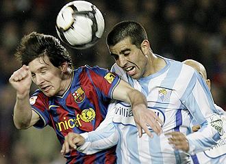 Juanito pugna con Messi por un bal�n el pasado s�bado.
