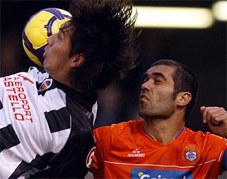 Bouz�n acude a una disputa de bal�n con Ulloa.