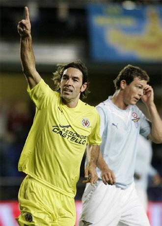 Pires celebra un tanto con la camiseta del Villarreal.
