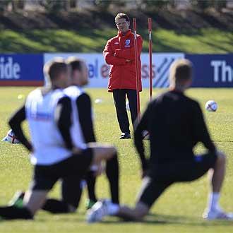 Capello dirige el entrenamiento de la selecci�n inglesa este martes.