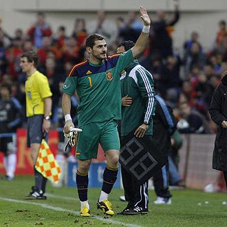 Casillas se retira ovacionado durante el encuentro de la selecci�n ante Argentina.