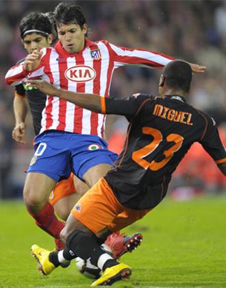 Miguel trata de parar a Ag�ero.