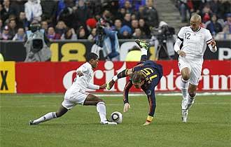 Sergio Ramos pugna de modo acrob�tico con Evra por el bal�n.