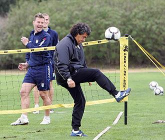 Gorosito juega al f�tbol-tenis con algunos futbolistas del Xerez.