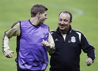 Rafa Ben�tez, junto a su jugador Steven Gerrard