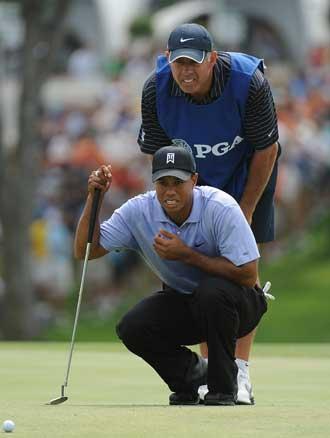 Tiger Woods planea un tiro en el green en imagen de archivo