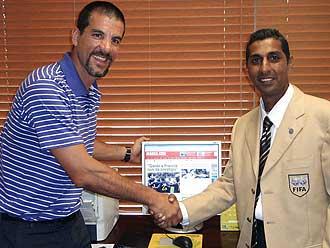 Contreras saludando a Ragoonath, el linier del partido Espa�a-Corea del Mundial 2002