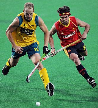 Pau Quemada pelea una bola con un jugador australiano