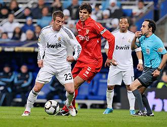 Van der Vaart es perseguido por Fazio en el transcurso del partido Real Madrid-Sevilla.