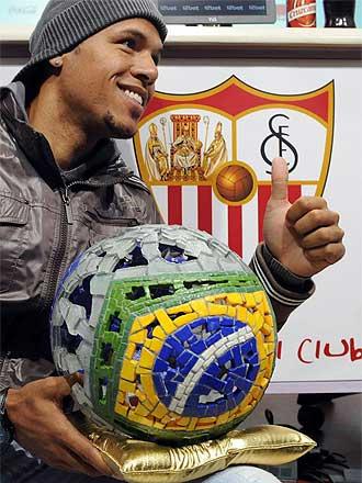 Luis Fabiano posa con un trofeo de un medio brasileño el pasado 15 de febrero.
