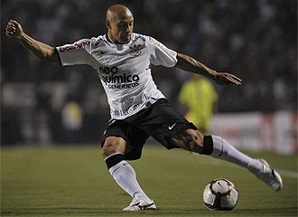 Roberto Carlos en un partido por el Corinthians