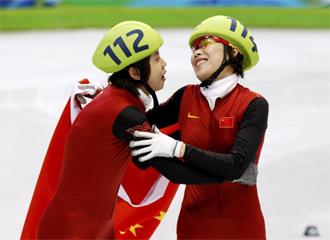 Zhou Yang celebra la medalla de oro con su compatriota Wang Meng