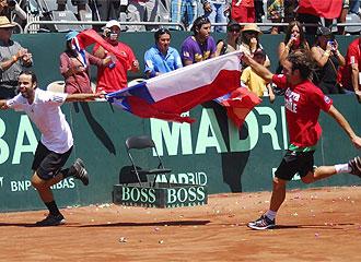 Gonz�lez y Nicolas Massu celebran la victoria de Chile