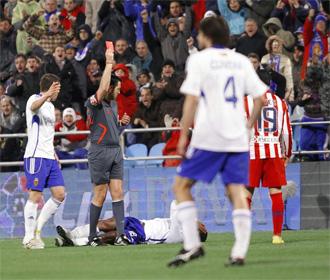 Momento en el que Reyes ve la tarjeta roja contra el Zaragoza.