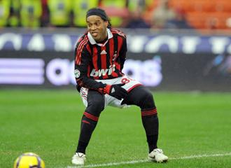 Ronaldinho se lamenta durante un partido con el Milan esta temporada.