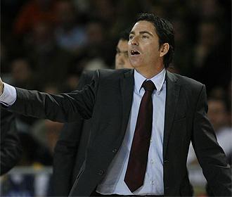 Xavi Pascual da �rdenes a sus jugadores.