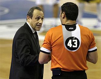 Messina habla con un �rbitro durante un partido.
