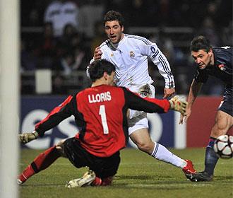 Lloris tapa un mano a mano con Higua�n en el partido de ida.