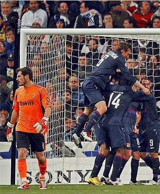Los jugadores del Lyon celebran el gol de Pjanic ante la decepci�n de Casillas