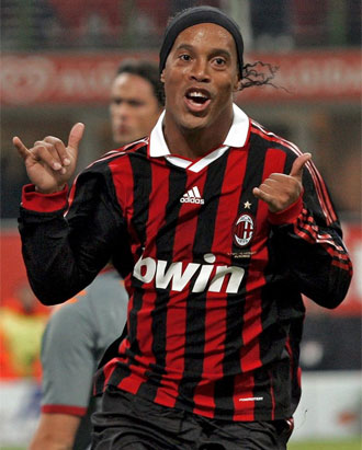 Ronaldinho celebra un gol con el Milan