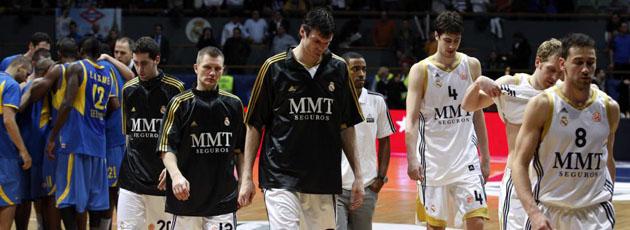 Los jugadores del Madrid se retiran a vestuarios tras caer ante el Maccabi (JUAN AGUADO).