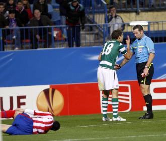 Grimi es expulsado mientras Reyes se duele en el suelo.