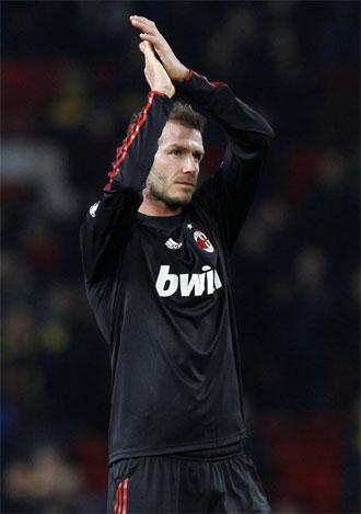Beckham se despide de Old Trafford al t�rmino del partido.