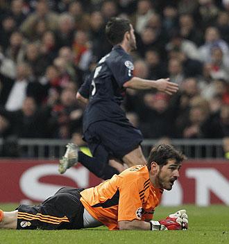 Casillas viendo el gol que debaja al Madrid eliminado