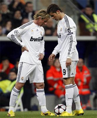 Guti y Cristiano se lamentan ante el Lyon.
