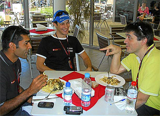 Miguel Sanz, redactor de MARCA, charla con Senna y Chandhok