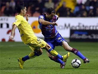 Juanfran golpea el bal�n en presencia de Cejudo durante el Levante-Las Palmas del pasado 27 de febrero.