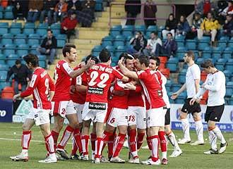 Los jugadores del Murcia celebran un gol en El Helm�ntico el pasado 27 de febrero.