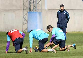 Mu�iz dirige un entrenamiento del M�laga durante esta semana.