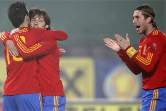 Cesc y Silva se abrazan al lado de Sergio Ramos