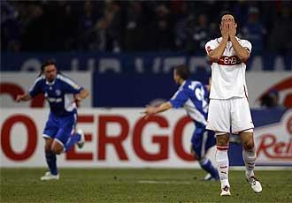 Sami Khedira se tapa los ojos tras un gol del Schalke 04.