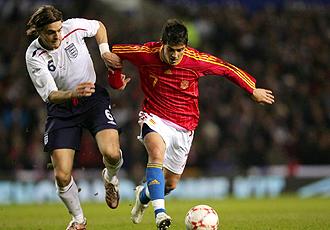 Woodgate pelea con Villa por un bal�n durante el Inglaterra-Espa�a de hace tres a�os en Manchester