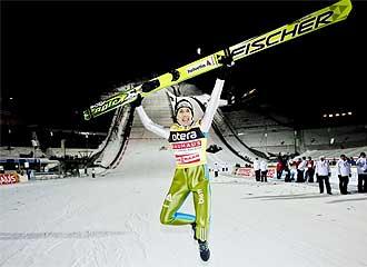 Simon Ammann salta de alegr�a tras su triunfo.