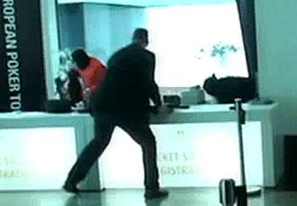 Un momento del robo en el hall del hotel Grand Hyatt de Berl�n.