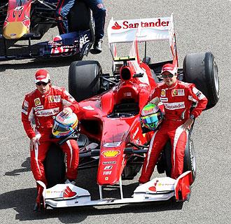 Alonso y Massa posan sobre el Ferrari en el circuito de Bahrein.