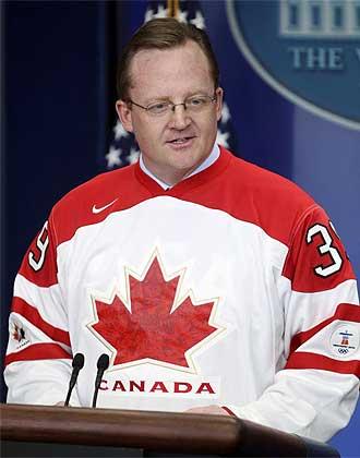 Robert Gibbs comienza su rueda de prensa con la camiseta de la selecci�n canadiense.