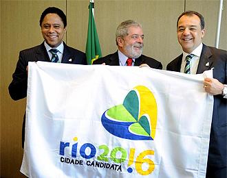 Sergio Cabral junto a Lula da Silva y el ministro de deportes Orlando Silva.