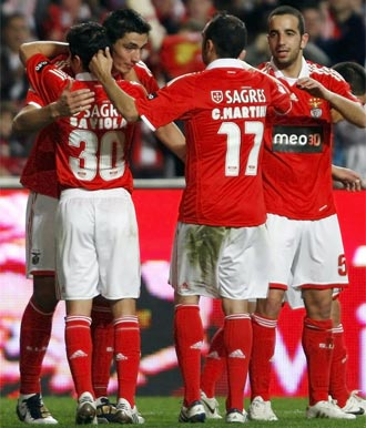 Los jugadores del Benfica celebran el gol de Cardozo
