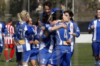 El Espanyol celebra uno de los goles que meti� al Atl�tico F�minas.