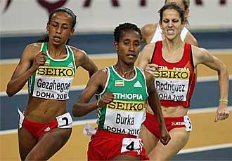 Natalia sigue a las et�opes Kalkidan Gezahegne y Gelete Burka antes de entrar en la recta final.